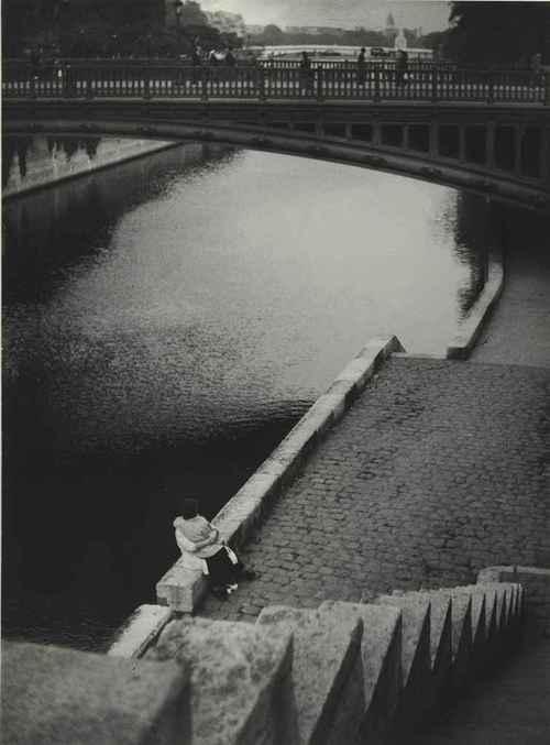 Couple kissing under the Pont au Double, Paris, 1935