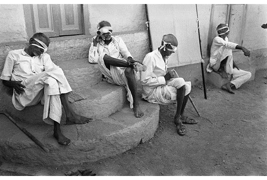 Four blind men, Bhavnagar, Gujarat, 1968 - Jyoti Bhatt